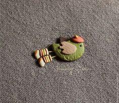 Купить или заказать Птичка-осень. Брошь в интернет-магазине на Ярмарке Мастеров. Все броши сделаны из цветной полимерной глины вручную, без окрашивания. Цвета не выгорают и не тускнеют. Поверхность фактурная, объемная, бархатистая. Достаточно легкие, не оттягивают одежду. Полимерная глина достаточно прочная, но все-таки стоит относиться бережно: не ронять, не царапать, не гнуть и не подвергать сильному загрязнению. Много брошей не бывает. Носите каждый день с удовольствием!