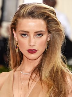 Brown hair with blonde highlights is Hollywood's favorite hair color combo. Read to see our favorite celeb looks and ideas for dark hair in Amber Heard Cabelo, Amber Heard Hair, Amber Heard Style, Amber Heard Makeup, Amber Heard Wallpaper, Beauté Blonde, Brown Hair With Blonde Highlights, Amber Heard Rum Diary, 10 Most Beautiful Women