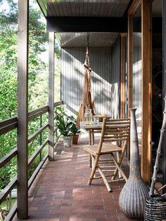 Granit – se hur inredningsbutikens grundare Anett Jormeus bor! Porch Swing, Outdoor Furniture, Outdoor Decor, Hanging Chair, Provence, Hammock, Villa, Patio, Home Decor