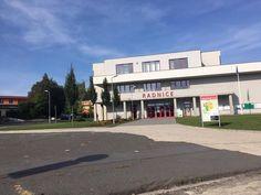 En el centro de Milovice está ayuntamiento. En el ayuntamiento hay muchas oficinas y una biblioteca