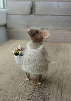 Diese süße kleine Maus wurde von Hand von Merino-Wolle mit Nadelfilz-Techniken. Es ist möglich, seine Position bis zu sitzen und stehen zu ändern, Sie müssen nur den Schwanz und die Füße der Maus anpassen. Es kommt mit kleinen Korb mit Blumen. Es kann ein großes Geschenk für sich
