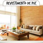 Parede com revestimento de PVC no padrão de madeira valorizando o pé direito duplo da sala de estar. Bonito e aconchegante!