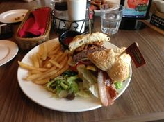 I bet that you like it. Bacon burger,golden fries with the best salad.I had it in Shanghai.This dish is big,really really big.It is enough for two grown-up-girls for dinner!Hard to believe it ha?