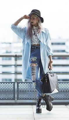 I'm in love with this style right now: short or tucked in button up with boyfriend jeans and an oversized jacket/coat/jumper. I think it's the tight top with the oversized jacket that does it for me 😍 Grunge Outfits, Grunge Fashion, Fall Outfits, Casual Outfits, Fashion Outfits, Womens Fashion, High Fashion, Estilo Grunge, Casual Chic