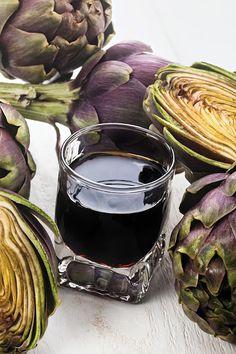 Un' ottima soluzione per la fine dei pasti? Il liquore al carciofo. Il suo gusto marcatamente amaro, lo rende un ottimo digestivo. INGREDIENTI - 600 ml di alcool a 95° - 500 ml di acqua - 200 g di zucchero - 3 carciofi - 3 chiodi di garofano - 1 stecca di cannella - 1 limone biologico non trattato PROCEDIMENTO Togliere Cocktail Drinks, Alcoholic Drinks, Beverages, Cocktails, Wine And Liquor, Artichoke, Lemonade, Wines, Red Wine