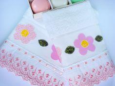Jogo de toalhas composto por: 1 toalha de banho e 1 toalha de rosto bordadas à mão em patch apliquê