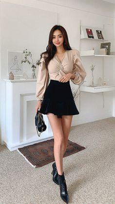 Korean Outfits, Asian Beauty, Dress Skirt, Leather Skirt, High Waisted Skirt, Butterfly, Caftans, Park, Minis