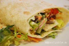 Pirított fűszeres csirkemellel, friss zöldségekkel, salátakeverékkel töltött tortilla tekercs - könnyű vacsora, szendvics helyett is fogyaszthatjuk. Hozzávalók Személyenként 1-2 tortilla lap. Házi lepénykenyérrel is elkészíthetjük >> 1 filézett csirkemell apróra vágva, 3-4 ek olívaolajjal kevert taco fűszerkeverékben megforgatva (taco fűszerkeverék helyett: őrölt római kömény, fokhagyma granulátum, őrölt chili, fűszerpaprika, oregánó, majoránna, fekete bors, só keveréke) 1 kápia paprika... Mexican, Ethnic Recipes, Food, Essen, Meals, Yemek, Mexicans, Eten