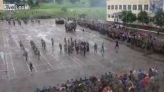 Lors d'une parade militaire en Russie, le pilote d'un char a pris un virage trop court derrière un groupe de soldats et a renversé l'un d'entre eux. Le soldat a été sérieusement blessé. Un char écrase un soldat pendant une…