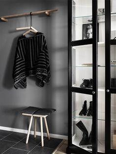 Pella Hedeby har målat LIATORP vitrinskåp svart på utsidan och behållt insidan vit.
