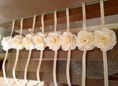 O corsage é um enfeite delicado que pode ser usado para destacar as madrinhas de casamento.  Na cor de sua preferência, acompanha fita de cetim para dar o laço no pulso.  Flores com 7,5 cm  Caso desejar outros tamanho solicite no momento de efetuar o pedido.