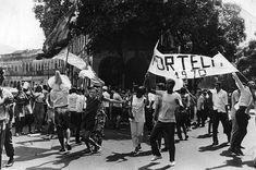 Componentes da escola de samba Portela comemoram o carnaval nas ruas do Rio de Janeiro, 1 de março de 1970.