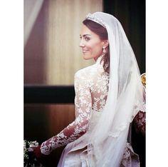 Catherine Middleton, Duchessa di Cambridge nel suo abito da sposa. La tiara è di gentile concessione della Regina Elisabetta II.