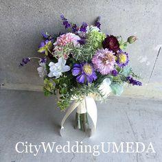 まるで生花♡な造花クラッチブーケ  グリーンに紫が入ると大人っぽくなってお洒落な雰囲気に☺️ blog更新しました 「石原さとみ さんや 井川遥さんなどに共通する今時綺麗の条件六つ」  blogはInstagramプロフィールよりご覧頂けます(*^^*) ️ #CityWeddingUMEDA  #wedding #ブーケ #ヘアメイク #結婚式準備  #結婚式  #ブライダル  #ウエディング #pronovias  #antonioriva  #weddingdress  #reemacra  #verawang #bouquet  #treatdressing  #トリートドレッシング  #ウエディングドレス  #bouquet  #ビジューボンネ  #ビジューアクセサリー  #ビジュー #プレ花嫁 #カラードレス