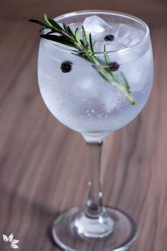 Receitas de Gin Tônica para fugir do óbvio e curtir o verão Easy Gin Cocktails, Gin Cocktail Recipes, Tonic Drink, Gin And Tonic, Bebida Gin, Bar Drinks, Alcoholic Drinks, Healthy Birthday, Avocado Ice Cream