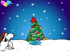 Snoopy decora el árbol de Navidad