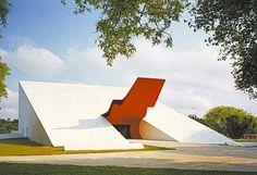 O Auditório Ibirapuera, um dos prédios integrantes do Parque Ibirapuera, em São Paulo (SP). O edifício, projetado em 1999, já estava previsto por Oscar Niemeyer na época da construção do parque. Sua inauguração ocorreu em 2005