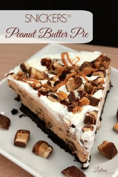A delicious combination of peanut butter and chocolate that makes this easy peanut butter pie a recipe your family will love. Snickers Peanut Butter, Easy Peanut Butter Pie, Snickers Pie, Mini Desserts, Just Desserts, Delicious Desserts, Dessert Recipes, Yummy Food, Pie Recipes