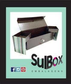 Friozinho combina com aconchego.... combina com carinho... combina com vinho... combina com essa caixa linda para vinho e guloseimas, que além de deixar aquele presente mais especial,  decora e serve para armazenar memórias para sempre. Surpreenda! Todo mundo ama. #caixaslindas #caixasparapresentear #caixasparaguardar #caixaspersonalizadas #caixaparavinho #presente #vinho #diadosnamorados #diadasmães #amor #carinho #sulbox #sulboxembalagens #caixas #cartonaria #caixapadrinhos #convite…