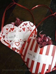 DIY Valentine's Day treat pockets: a crafty gift idea My Funny Valentine, Valentine Crafts For Kids, Homemade Valentines, Valentines Day Treats, Valentine Day Love, Diy Valentine, Valentine Stuff, Valentine Activities, Pocket Craft