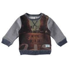 """Babyface sweater met lange mouw voor jongens in de kleur grijs. Deze coole Babyface sweater, uit de winter collectie, is gemaakt van katoen met polyester. Draag de sweater op een chino of jeans van Babyface. Verkrijgbaar in de maten 68 t/m 104 en bij de linkerschouder een knoopsluiting. Op de voorkant een all-over print met de tekst """"I LIKE CITIES I HAVE NEVER BEEN TO"""". De mouwen en de achterkant zijn in een contrastkleur. De uiteinden hebben gebreide boorden en de binnenkant is gebrushed."""