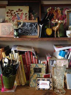 vintagecountryliving: sábado por la mañana en la sede de VCL.  Ramos de lápices recién afilados.