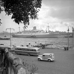Rotterdam - Parkkade. De 'SS Rotterdam' op de achtergrond.