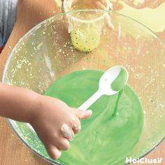 取り出すときには固いけれど…手に乗せたり、置いたりするとドロドロっと流れちゃう!? そんな不思議なスライムを、実際に作って体験してみよう! 片栗粉と食紅を使った、乳児さんから楽しみやすい、ホウ砂なしの手作りスライムをご紹介。 Diy And Crafts, Crafts For Kids, Activities For 2 Year Olds, Diy Toys, Preschool Crafts, Handmade Toys, Kids And Parenting, Food, Crafting