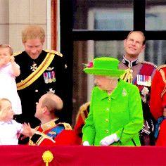 Mondo GIF: La GIF della regina Elisabetta che ordina al principe William di alzarsi... e lui OBBEDISCE!