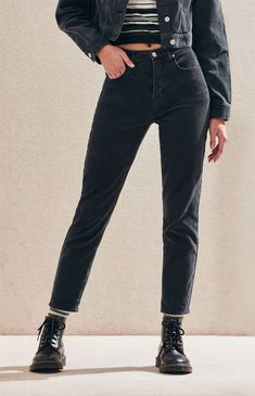 Stand out from the crowd in the retro-inspired Washed Black Vintage Icon Mom Jeans by PacSun. These straight leg jeans are made from a corduroy fabric and feature a black wash and a high-rise fit. Outfit Jeans, Black Jeans Outfit Winter, Mom Jeans Outfit Summer, Black Boyfriend Jeans, Blue Mom Jeans, Boyfriend Jeans Outfit, Vintage Jeans, Jeans Fit, Grunge Jeans