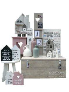 Decoratief van StoerinWonen. Houten kist, tekstbord, fotoladdertje, huisjes en krukjes van eigen label Houtgemaakt.