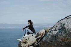 Y luché contra el mar toda la noche, desdeHomero hasta Joseph Conrad, para llegar a tu rostro desierto y en su arena leer que nada espere, que no espere misterio, que no espere.                                   ✴✴✴    #sea #ocean #Galicia #finisterre #theendoftheworld #summer #summertime #beach #stone #girl #sky #travel #blue