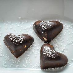 Keto Chocolates with Macadamia & Sea Salt [Recipe] - KETOGASM
