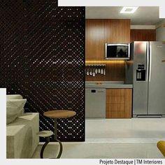 Elementos vazados sempre continuam sendo uma tendência em 2017. Esta na cor preta realçou com o mobiliário da cozinha e madeira juntamente com a bancada em aço. Ad http://crwd.fr/2kycX3E @arquiteturadecoracao @acstudio.arquitetura #arquiteturadecoracao #olioliteam #canalolioli #instagrambrasil #decor #arquitetura #adcozinha #cozinha #kitchen