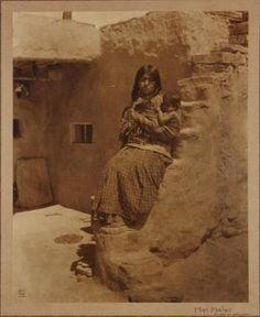 Hopi mother and child at Sipaulovi Village (aka Second Mesa) in Arizona - circa… Seminole Indians, Hopi Indians, Pueblo Indians, Native American Children, Native American Indians, American Spirit, American Pride, Native Indian, Native Art