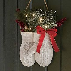 The Christmas countdown is just launched! Bring the magic of Christmas to your home! Because it is not always easy to imagine a Christmas decoration and holiday table consistent and really like you, deco. Country Christmas Decorations, Farmhouse Christmas Decor, Outdoor Christmas, Xmas Decorations, Rustic Christmas, Country Christmas Crafts, Vintage Christmas Stockings, Cowboy Christmas, Christmas Porch