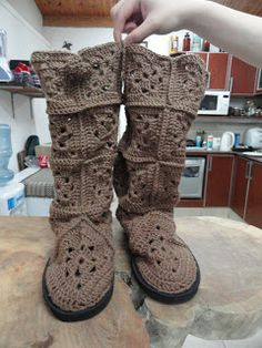 Hands of Patagonia: Boots to crochet granny square. Not in English, an English conversion would be very useful! Love Crochet, Crochet Granny, Beautiful Crochet, Crochet Baby, Knit Crochet, Crochet Slipper Boots, Crochet Slippers, Crochet Accessories, Crochet Clothes
