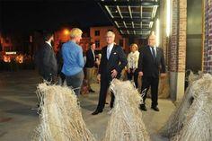 KORTRIJK -    Ruim achthonderd genodigden genoten gisteravond van de vooropening van Texture, het nieuwe museum over vlas en Leie, op Overleie in Kortrijk. Bert Dewilde, de stichter van het oude vlasmuseum, werd in de bloemetjes gezet www.nieuwsblad.be(04/10/14)