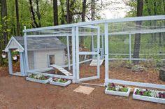 Kaninhus med en romslig kaningård. Kaningården er sikret med netting over, men den kunne med fordel hatt noe tak som ville gitt kaninene le for sol, regn og snø.