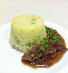 Sformatino di riso con salsa alla cipolla, un piatto leggero e delicato, per ogni occasione.