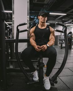Fitness Body Men, Fitness Gym, Bodybuilder, Mens Clothing Guide, Fit Men Bodies, Gym Outfit Men, Gym Photos, Indian Men Fashion, Fitness Photoshoot