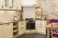 Klassische Küche mit dem olina Seitenauszug. Kitchen Cabinets, Home Decor, Custom Kitchens, New Kitchen, Kitchen Contemporary, Home Kitchens, Decoration Home, Room Decor, Kitchen Cupboards