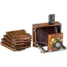 Folding-Bed Camera by Gaertig & Thiemann, c. 1902 Gaertig & Thiemann, Fabrik photographischer Apparate, Görlitz. Plate size approx. 7,5 x 10 cm, brass lens by Clement & Gilmer, Paris, with built-in rotating shutter (sluggish), dark-red bellows, with original viewfinder, focusing screen back and 4 wooden cassettes.