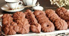 La pasta frolla al cioccolato per sparabiscotti vi darà grandi soddisfazioni. Recuperate i vostri attrezzi lasciati a languire da qualche parte e provateci.
