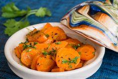 """CAROTTES AU CUMIN Une belle représentation de ce que la Cuisine Méditerranéenne nous offre de mieux : des saveurs colorées et """"vibrantes"""", des recettes simples ... et en prime, beaucoup de bénéfices pour la santé ! http://www.gourmet-vegetarien.com/carottes-cuisine-mediterraneenne/"""