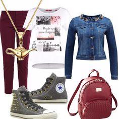 Outfit di fine estate: pantalone di linea diritta rosso scuro. T-shirt con simpatica stampa. Giubbotto in jeans con motivo di perle e strass. Sneakers alta grigia con borchie, zainetto rosso. Collana con simpatico ciondolo.