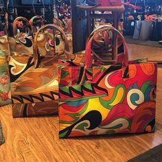 As estampas estilo Pucci sempre fazem sucesso!!! #bolsas #handbags #clutches #bijoux #acessorios #moda #fashion #latelier25 #atacadoevarejo #25demarço