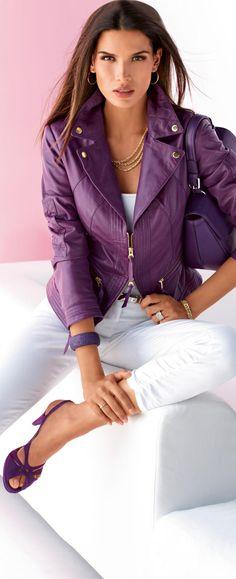 ESTÁ NA MODA... jaquetas curtinhas ou na altura da cintura de cores variadas. Podem ser usadas com tudo! Mas eu prefiro como na foto, de forma mais elegante. Esse look tá nota mil! Muito lindo! (Madeleine Leather Jacket) #purple #dress