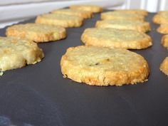 Small crispy shortbread cookies deliciously flavored with Roquefort. For 20 to 25 shortbread cookies Level: easy Ingredients: 100 g Roquefort salted butter ointment 120 g flour 1 tablespoon Polenta or fine semolina Take the butter out of the … Pastry Recipes, Meat Recipes, Crockpot Recipes, Cake Recipes, Tapas, Shortbread, Savoury Biscuits, Polenta, Gourmet