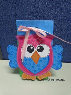 Oficina de Criatividade: Saquinho com corujinha... Kindergarten Crafts, Ideas Para Fiestas, Welcome Gifts, Lunch Box, Wraps, Christmas Ornaments, Holiday Decor, Minden, Wrapping
